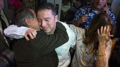 Johnny Hincapie (c) se abraza a su padre (i) y a su madre al salir de la...