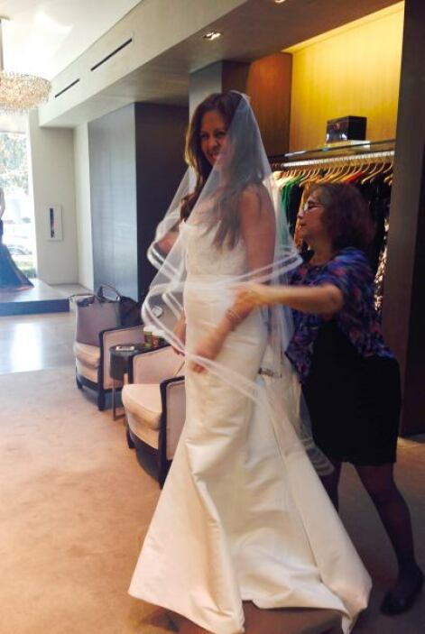 Probarse ropa es muy divertido, elegir el vestido de novia es un poco má...