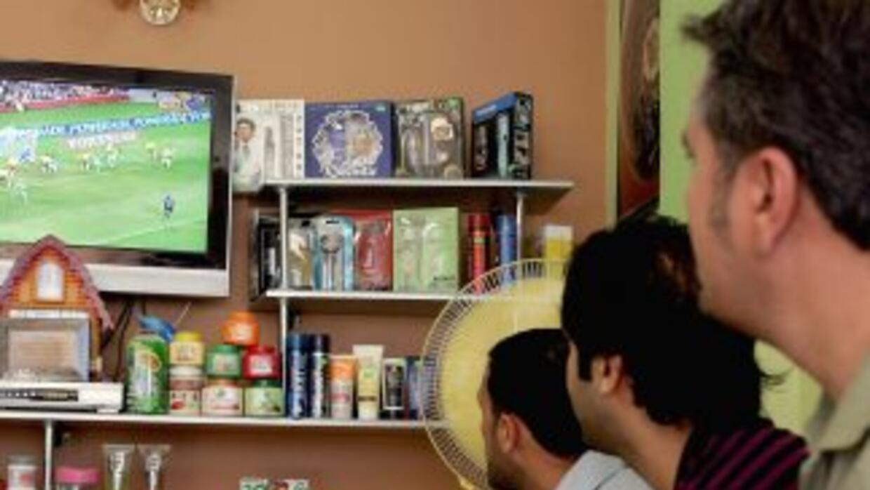 Los hispanos se inclinan más por ver la televisión en español.