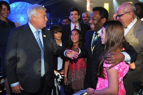 Al finalizar la ceremonia, hubo saludos y abrazos entre los presentes.