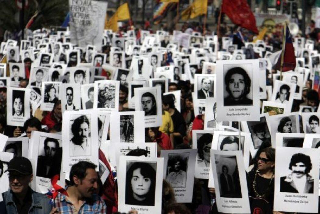 Los manifestantes, que portaban retratos con los rostros y los nombres d...