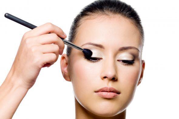 Sombra y delineador. Usa una sombra en tono perla o dorada sobre tus pár...