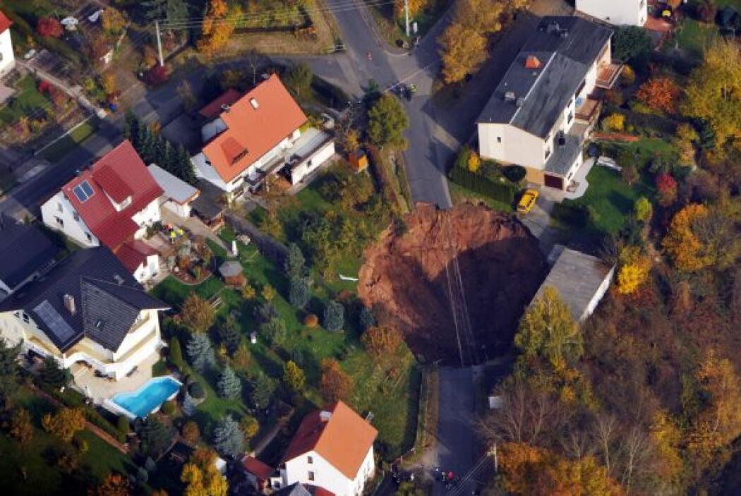 El cráter mide 40 metros de largo y tiene 20 de profundidad.