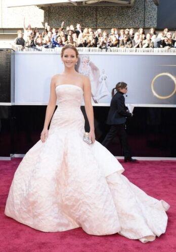Este otro elegantes vestido 'palabra de honor' de seda rosa palo y falda...