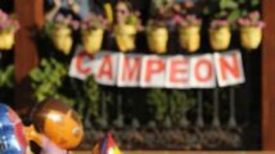 Alberto Contador es apoyado por sus paisanos en la ciudad de Pinto, tras...