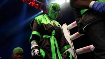 Bernard Hopkins dio una clase de boxeo a Beibut Shumenov, retuvo el títu...