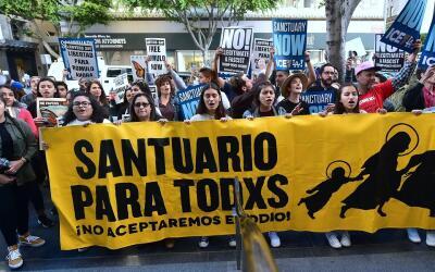 Protesta afuera de la corte migratoria en el centro de Los Ángele...