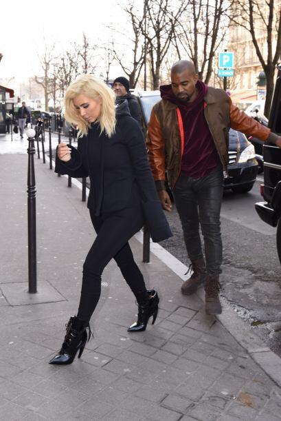 Kim se soltó de su marido y pretendió seguir su camino hacia la entrada...