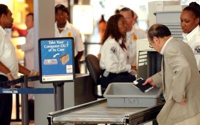 Inspección de equipajes en el aeropuerto JFK de Nueva York.