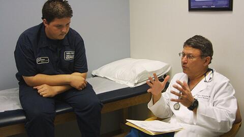 ¿Qué obstáculos impiden que hayan más médicos latinos?