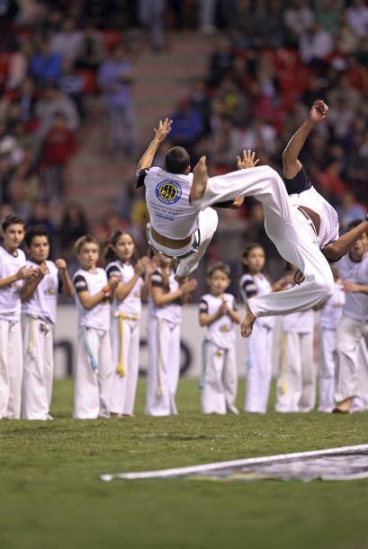 Capoeira es una mezcla de baile con artes marciales que se practica en B...