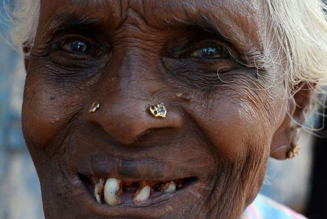 Una mujer sonríe en Sri Lanka tras depositar su voto en las elecciones d...