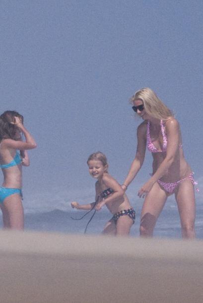Gwyneth Paltrow también gusta de ir a la playa con Apple y Moses....