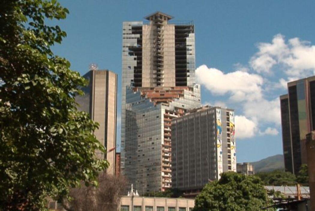 Es el rascacielos más grande del planeta ocupado por familias sin techo....