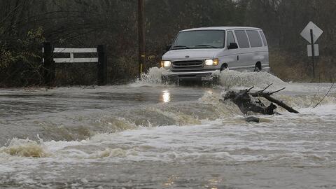 Una furgoneta cruza la calle Green Valley Road en la ciudad de Graton, C...