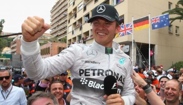 El piloto alemán terminó por delante de su coequipero Hamilton, así como...