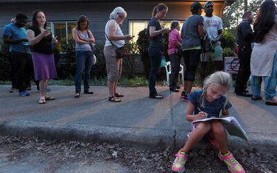 Inesperado número de votantes anticipados generó largas filas en puestos...