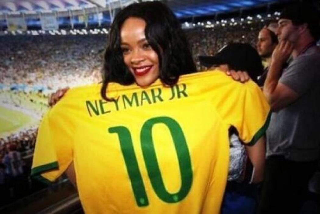 Y también posó con una de Neymar. Mira aquí los videos más chismosos.