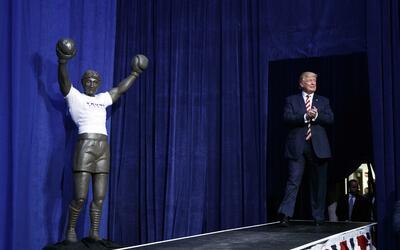Trump junto a una estatua de 'Rocky' durante su evento en Aston.