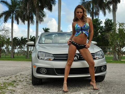 Miss Bikini México 2010 lució sus curvas en el nuevo Volks...