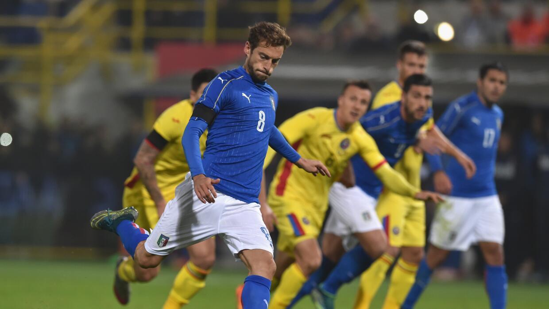 Claudio Marchisio cobra el penal que dio la igualada a Italia.