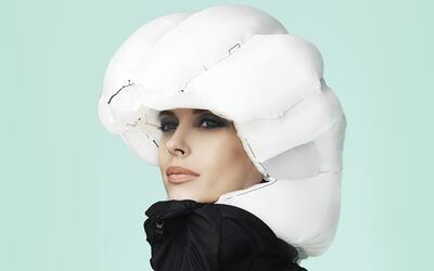 El casco se infla en el momento que detecta un impacto.