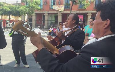 Seguidores de Juan Gabriel cantan sus canciones en Garibaldi al ritmo de...