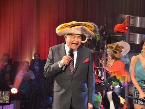 Don Francisco sigue imponiendo moda con sus sombreros con El Chacal de l...