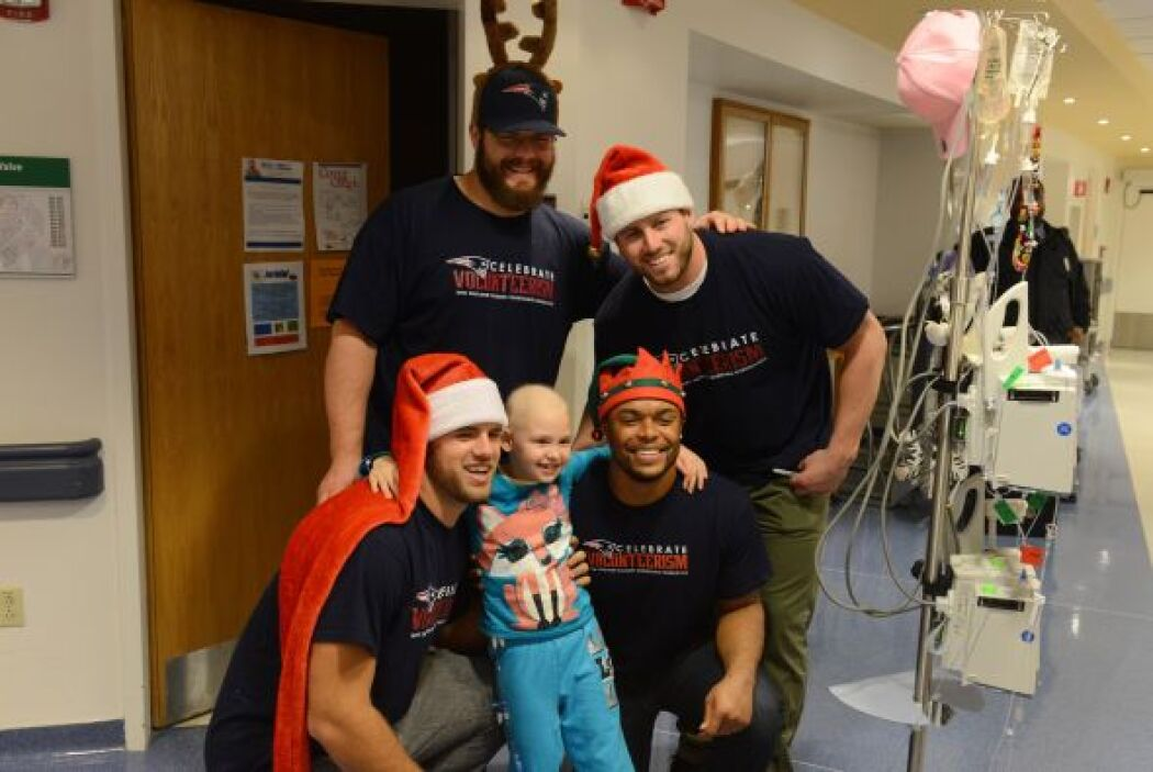 Los jugadores de Massachusetts visitaron el Childrens's Hospital de Bost...