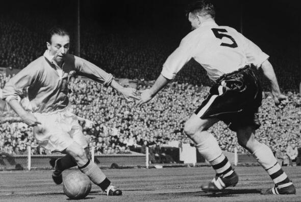 3 Stanley Matthews: debutó en 1932 a los 17 años de edad con el Stoke Ci...