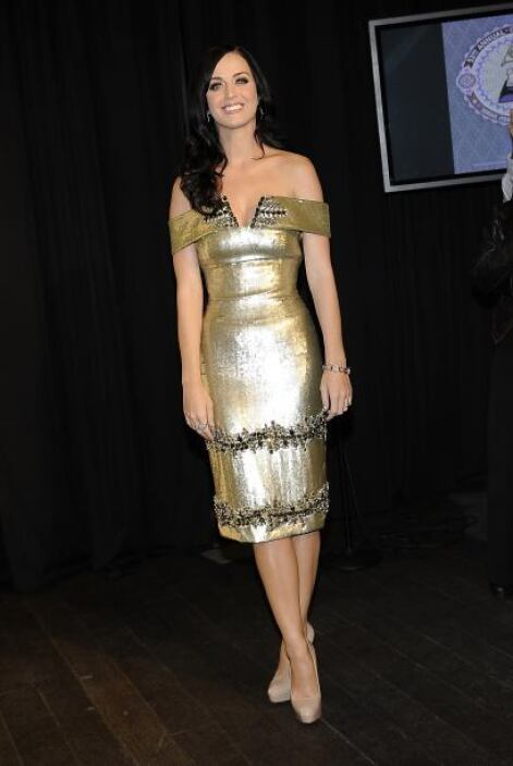 "Pero Katy Perry dejó atrás esp e hizo caso al dicho: ""un clavo saca a ot..."
