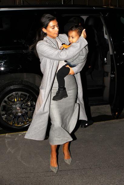 Kim siempre está al pendiente de todas las necesidades que su hermosa hija.