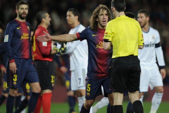 Piqué se ganó la amarilla por sus airadas protestas. Puyol, el capitán,...
