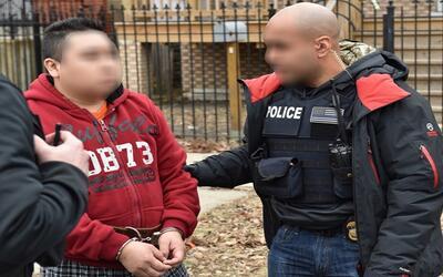 """Un agente de ICE, que porta en su chaleco la leyenda """"Policía"""", s..."""