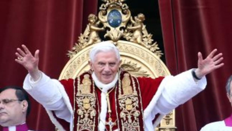El Papa Benedicto XVI saluda a los fieles reunidos en la Plaza de San Pe...