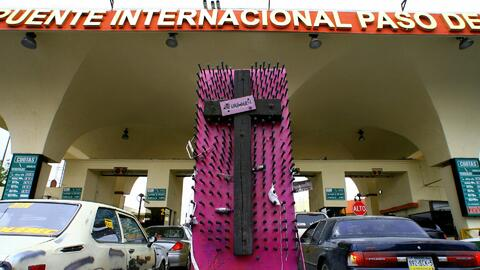Comunidad de Ciudad Juárez se reúne en la frontera para homenajear a muj...
