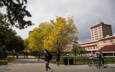 Estudiantes caminan por la Universidad de Colorado en octubre de 2015, e...