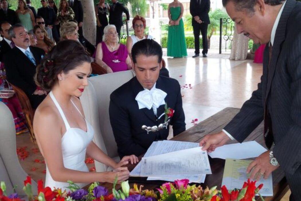 Este es el momento justo en que Ana Patricia firma el documento con el q...
