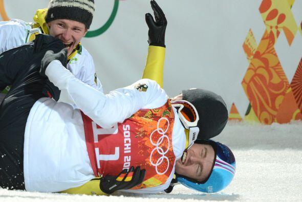 Andreas Wank se tira al suelo junto con sus compañeros tras ganar...