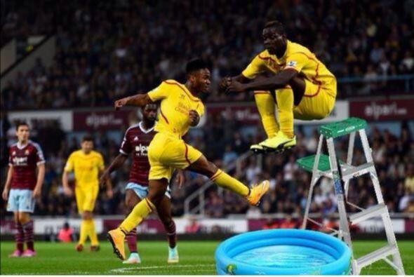 Durante el juego entre Liverpool vs West Ham, Balotelli realizó un salto...