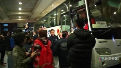 Familiares en busca de los pasajeros del avión de Malaysia Airlines desa...