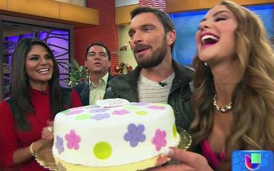 Ximena Córdoba cumplió años y mordió el pastel que le llevó Julián Gil