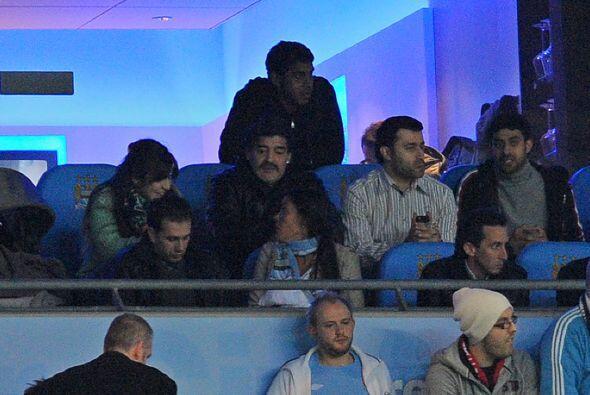 Y hablando de Maradona, Diego estaba en un palco del estadio viendo, jun...