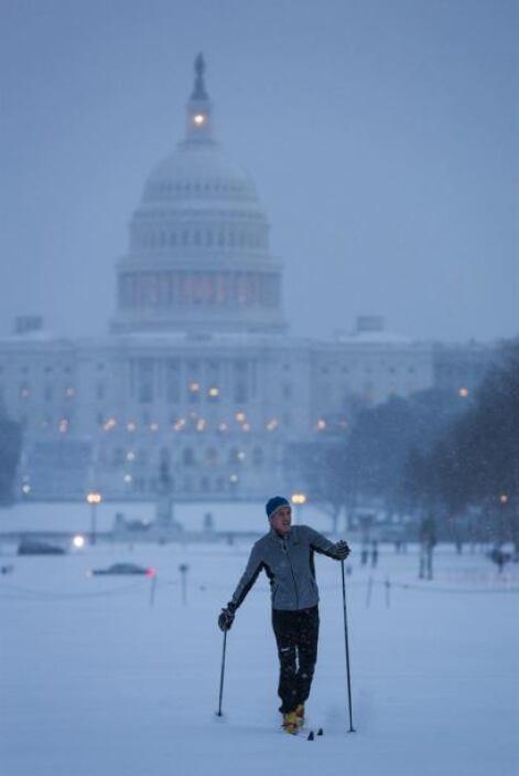 Tom Rossmeissl esquía durante una nevada en el National Mall Washington...