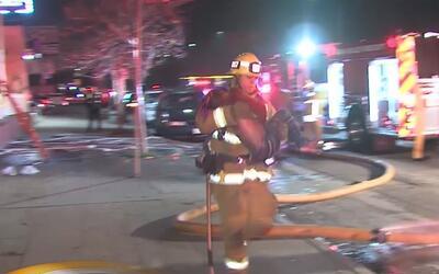 Cuatro niños fueron rescatados de un incendio en el sur de Los &A...