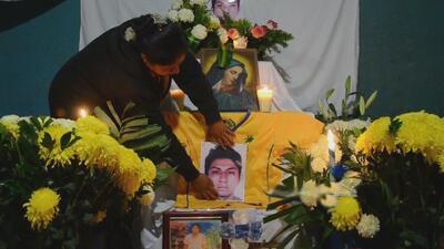 Padre y amigos despiden a Alexander con flores y velas