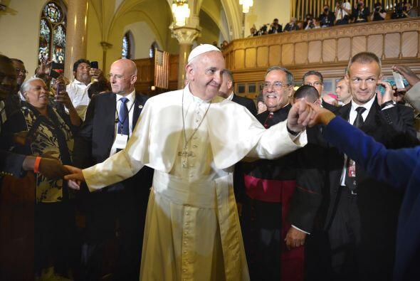 Francisco saluda con ambas manos a feligreses, inmigrantes y otras perso...