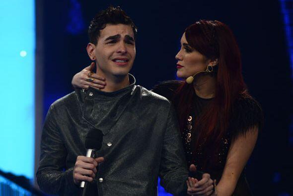 Víctor escuchando a Dulce María.