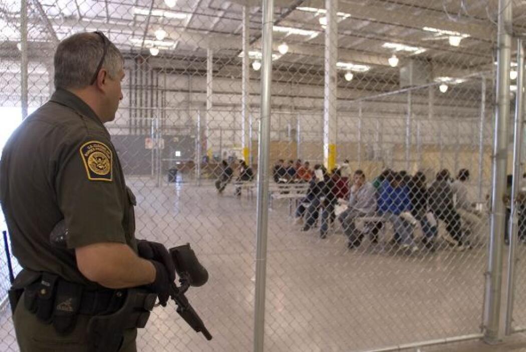 Y también se ve cómo son custodiados en las aduanas y centros de detenci...