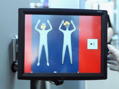 La negativa de un pasajero a la revisión corporal por tacto en un...